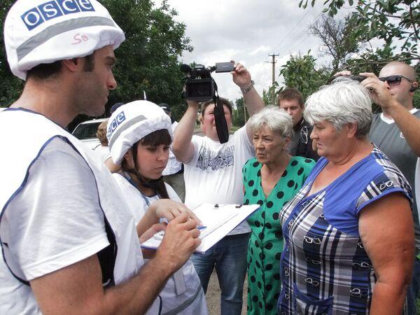 Pracownicy OBWE wypytują mieszkańców wioski Sachanka w obwodzie donieckim, która została obstrzelana przez ukraińskie wojska - Sputnik Polska