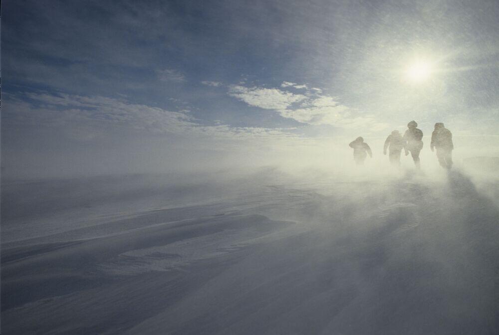 Huraganowy wiatr na wybrzeżu Antarktydy