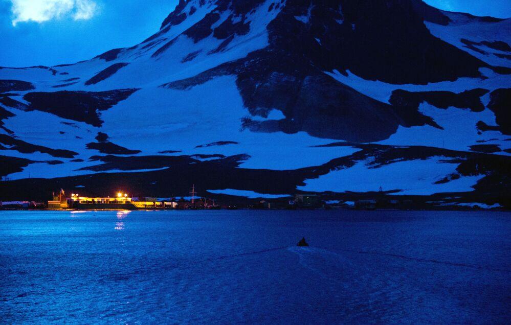 Łódź marynarki wojennej Brazylii zbliża się do brzegów Antarktydy