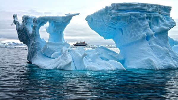 Statek na tle góry lodowej na Antarktydzie - Sputnik Polska