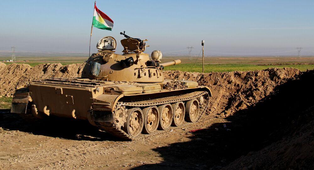 Członkowie kurdyjskiej formacji zbrojnej Peszmergowie w czołgu