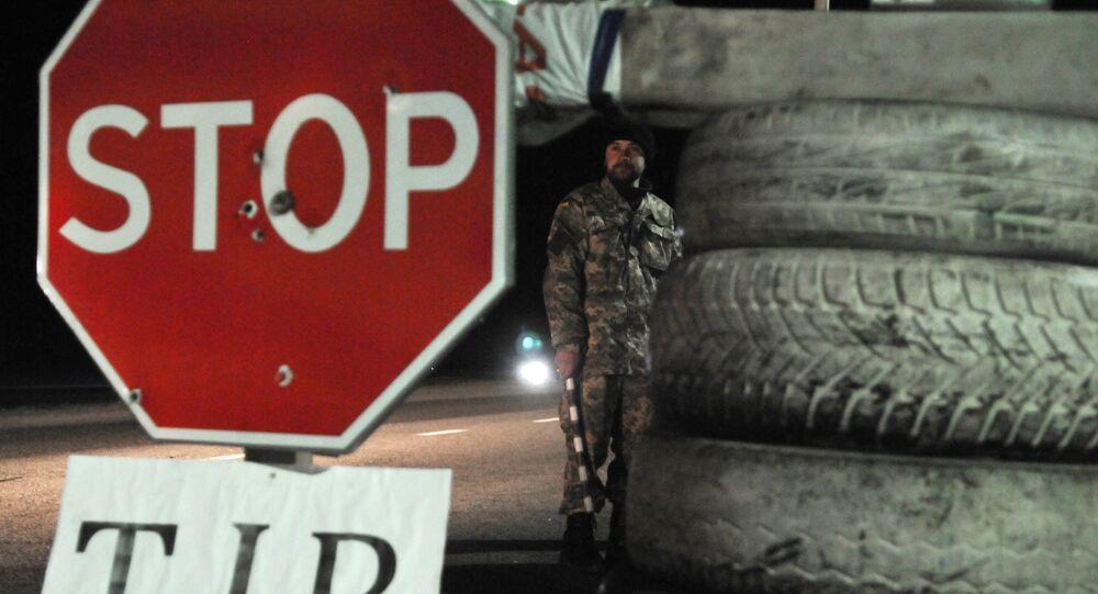 Ukraiński aktywista na punkcie kontrolnym niedaleko Lwowa blokuje ruch rosyjskich ciężarówek