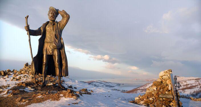 Pomnik włóczęgi na drodze Irkuck - MRS nad jeziorem Bajkał.