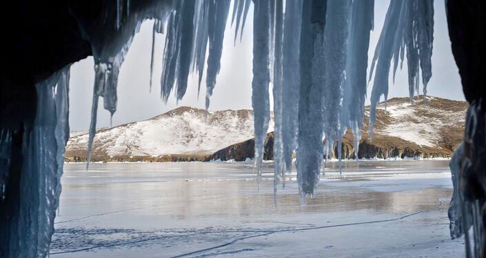 Widok z małej groty (jaskini) na wyspie Olchon nad jeziorem Bajkał.