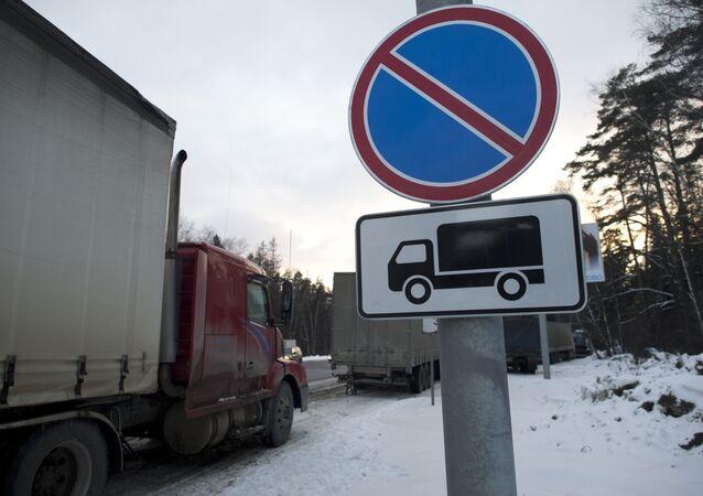 Ciężarówki na parkingu dla samochodów towarowych za obwodnicą Moskwy