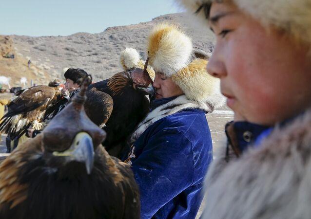 Myśliwi z berkutami podczas tradycyjnych zawodów myśliwskich w miejscowości Nura w Kazachstanie