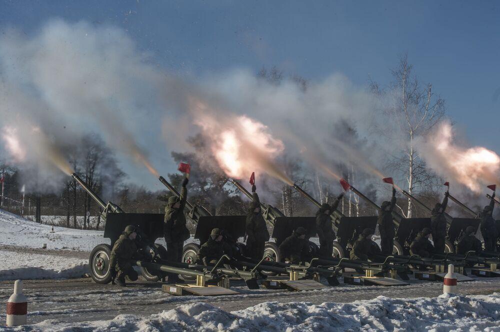 Dywizjon honorowy Zachodniego Okręgu Wojskowego w Dzień Obrońcy Ojczyzny wystrzeli w niebo nad Moskwą nowe fajerwerki, których kopuła w średnicy przekracza 300 metrów.