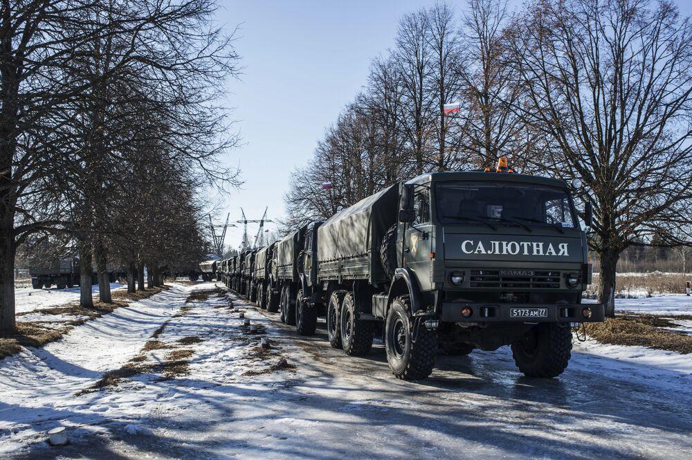 Urządzenia 2A85 do salwy honorowej na bazie samochodów KAMAZ wykorzystywane przez żołnierzy 449. oddzielnego dywizjonu honorowego Zachodniego Okręgu Wojskowego.