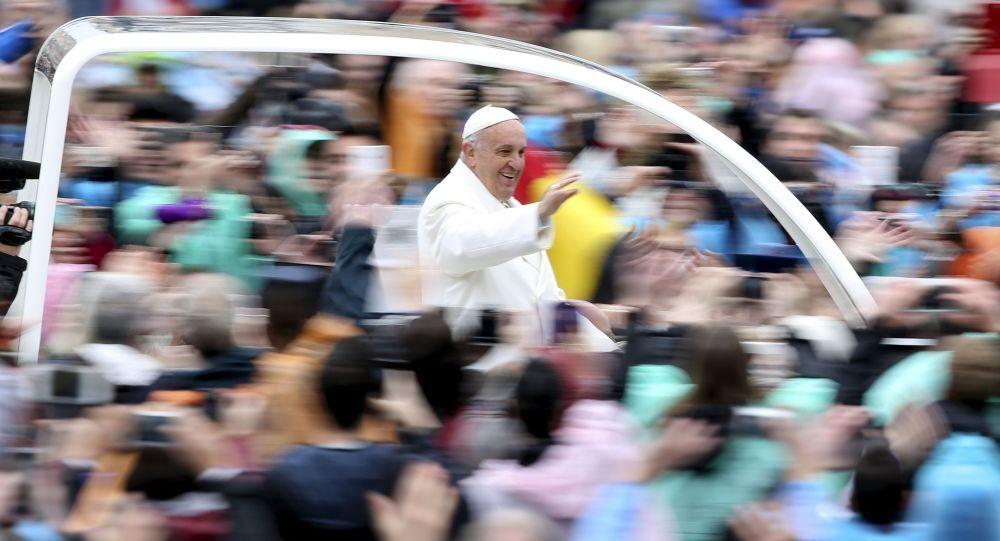 Papież Franciszek na Placu Św.Piotra w Rzymie, 5 kwietnia 2015