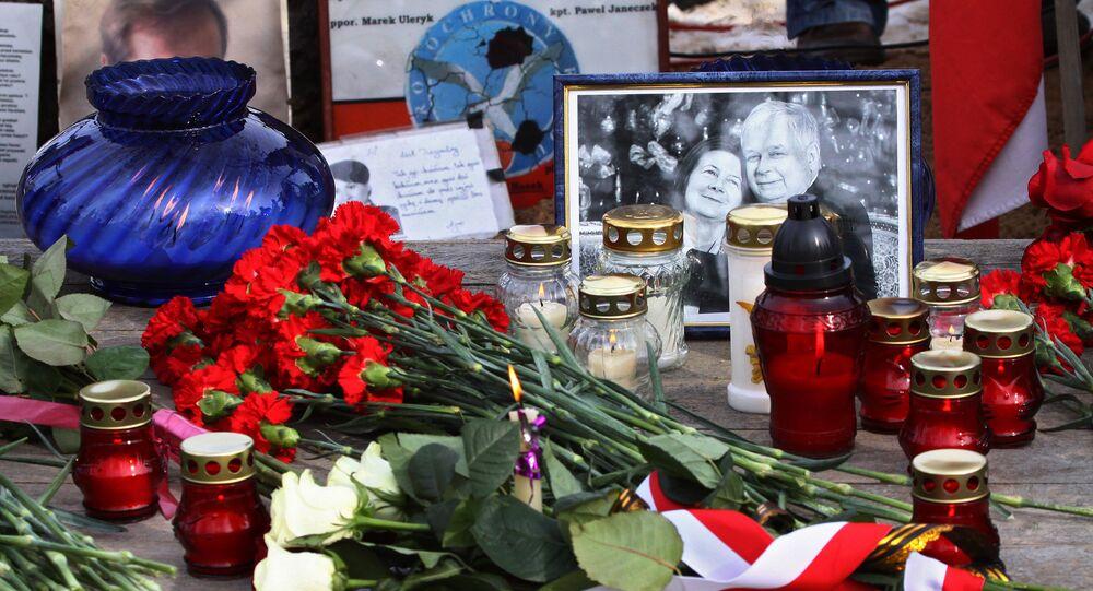 Kwiaty i znicze na miejscu katastrofy lotniczej pod Smoleńskiem