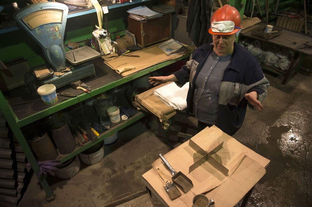 Robotnicy w centralnej fabryce Bieriezowskiej kopalni złota w obwodzie swierdłowskim