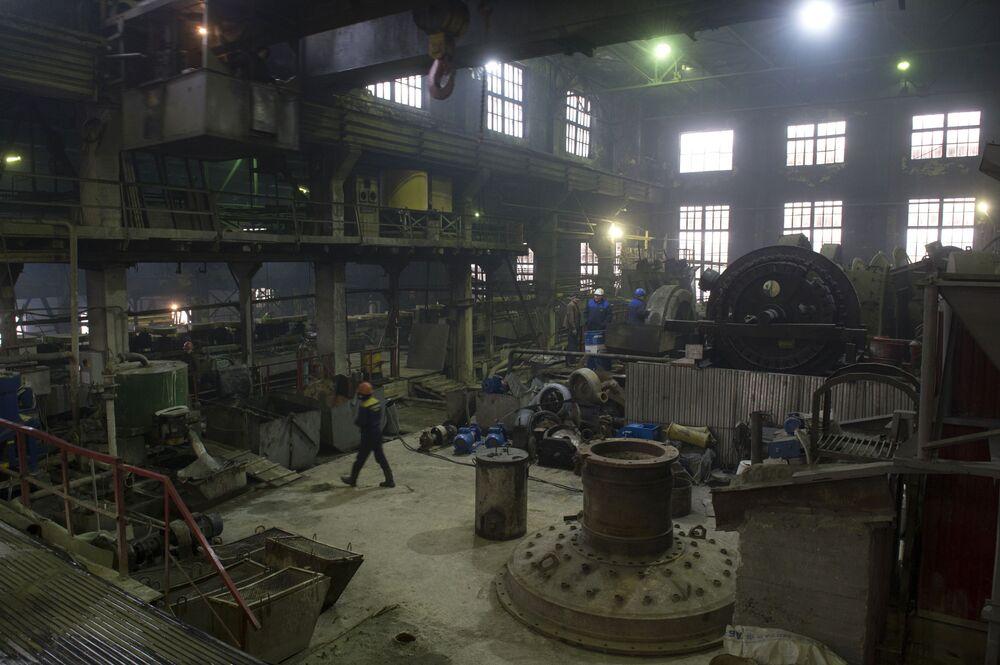 Robotnicy w fabryce Bieriezowskiej kopalni złota w obwodzie swierdłowskim