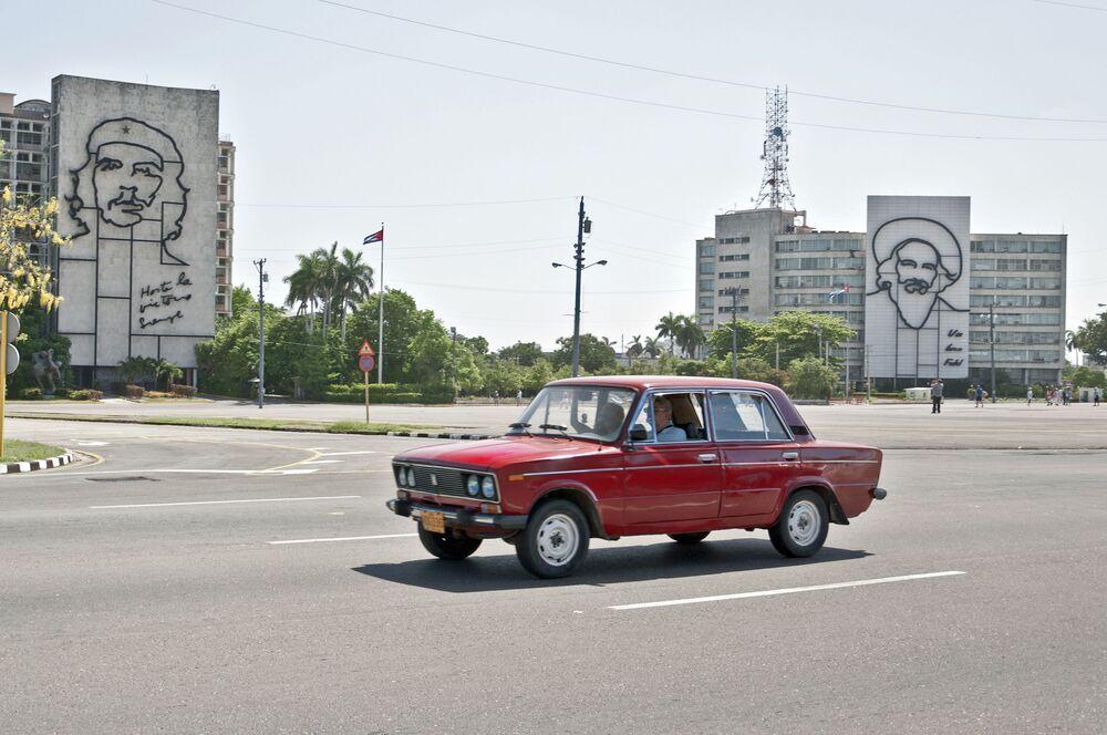 Samochód WAZ-2106 jedzi po Placu Rewolucji w Hawanie, Kuba