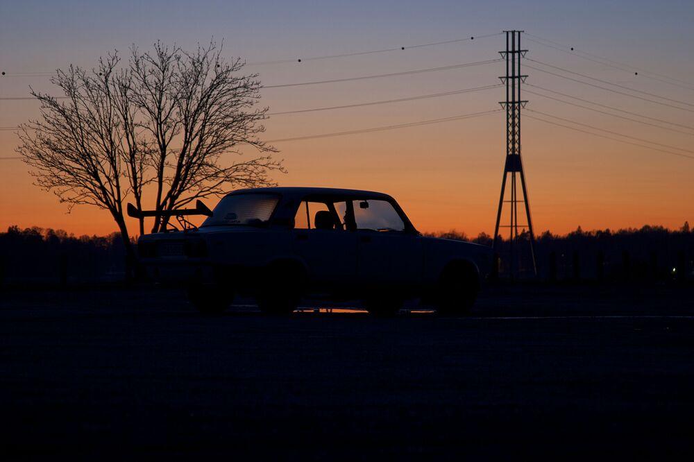 Samochód WAZ-2106 na tle zachodu słońca