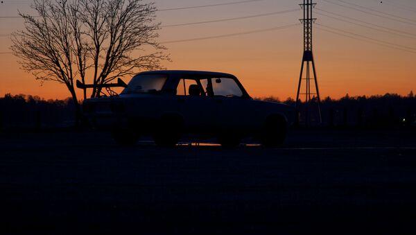 Samochód WAZ-2106 na tle zachodu słońca - Sputnik Polska