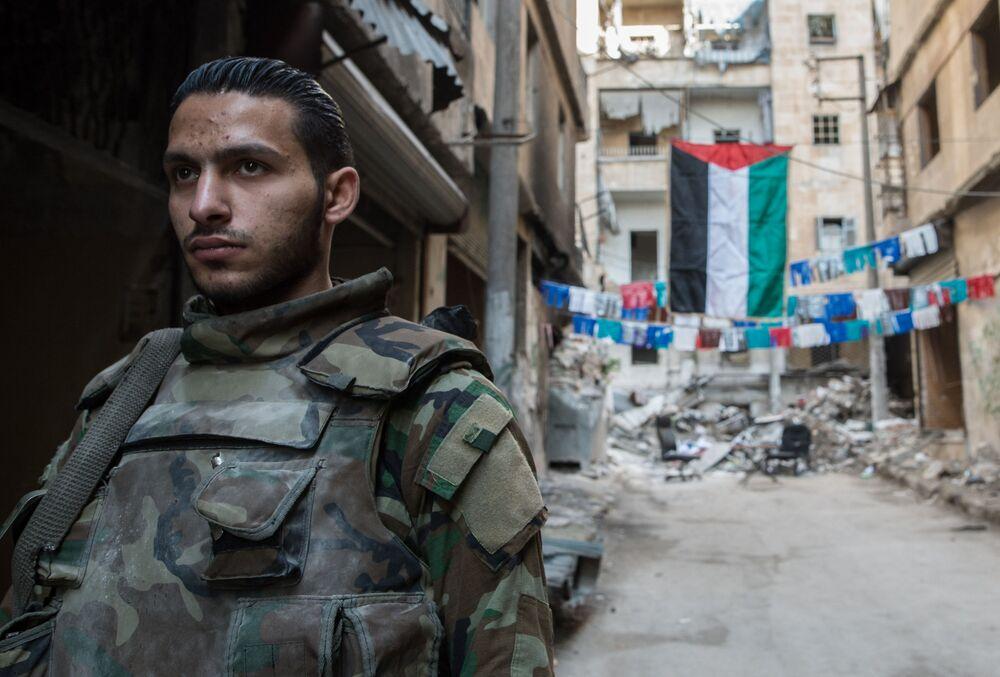 Żołnierz w mieszkalnej dzielnicy w Aleppo