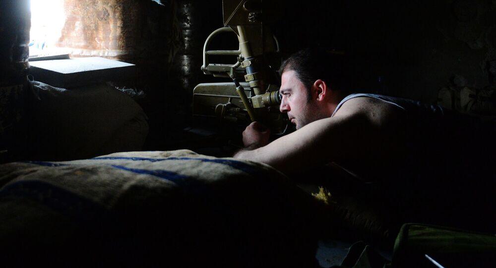 Wojskowy w punkcie obserwacyjnym powstańców syryjskiej armii w Damaszku w rejonie Dżobar