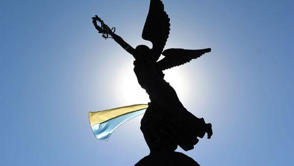 Ukraińska flaga na pomniku w Charkowie - Sputnik Polska