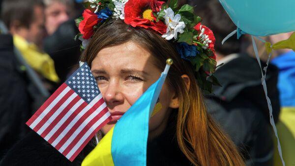 Demonstrantka z flagami USA i Ukrainy - Sputnik Polska