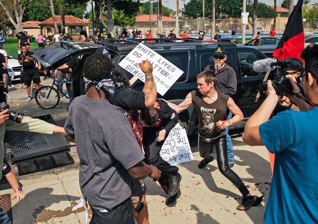Starcia zwolenników i przeciwników Ku-Klux-Klanu w Anaheim w Kalifornii