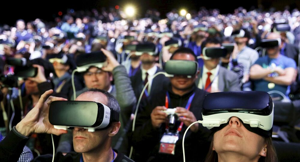 Ludzie w okularach VR obserwują wirtualną rzeczywistość