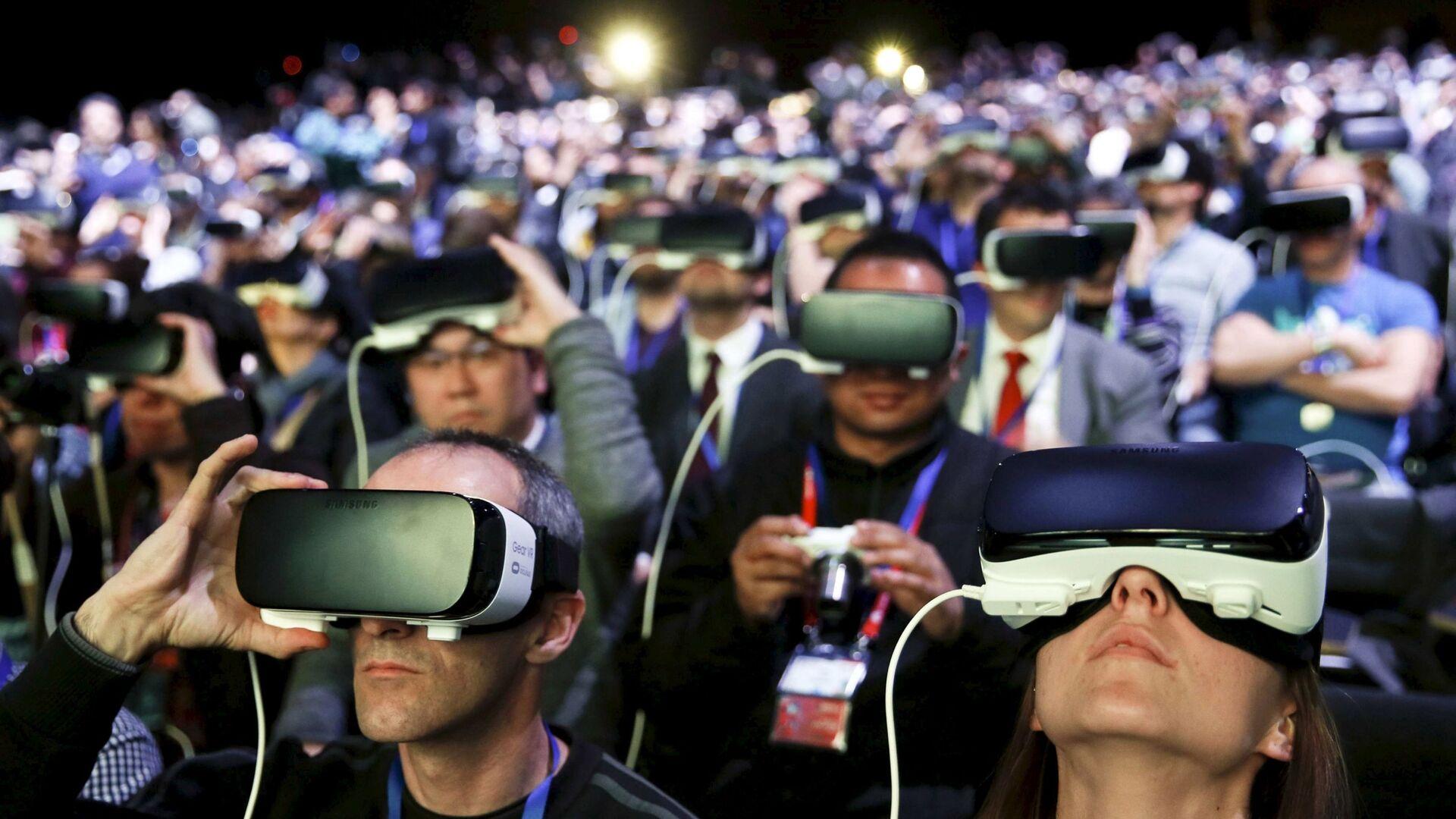 Люди в очках виртуальной реальности Samsung Gear VR на презентации нового смартфона Samsung S7 в Барселоне - Sputnik Polska, 1920, 26.08.2021