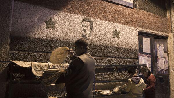 Mieszkańcy Damaszku przed jedną z piekarni - Sputnik Polska