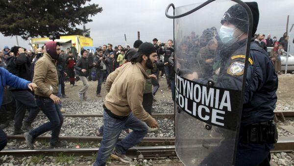 Uchodźcy przedzierają się przez granicę grecko-macedońską - Sputnik Polska