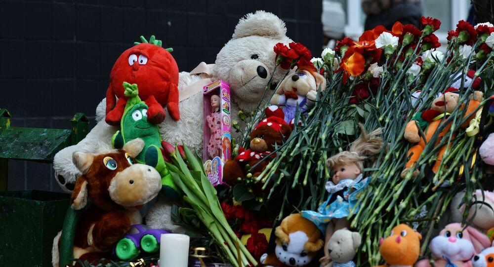 Kwiaty i zabawki pod domem zamordowanej dziewczynki