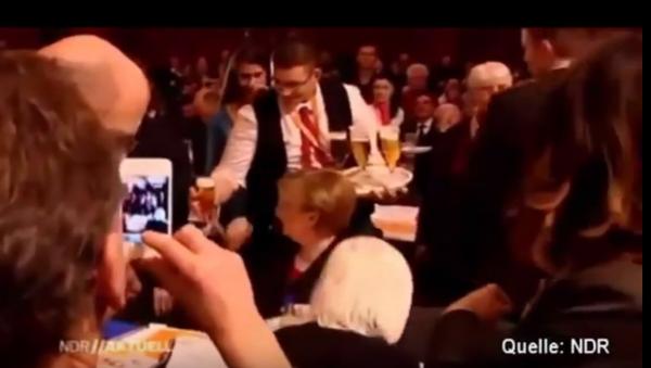 Kelner wylał 2 litry piwa na Angelę Merkel - Sputnik Polska