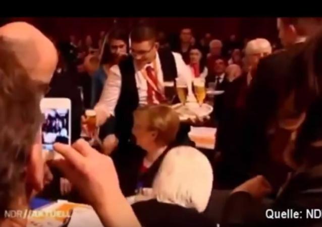 Kelner wylał 2 litry piwa na Angelę Merkel