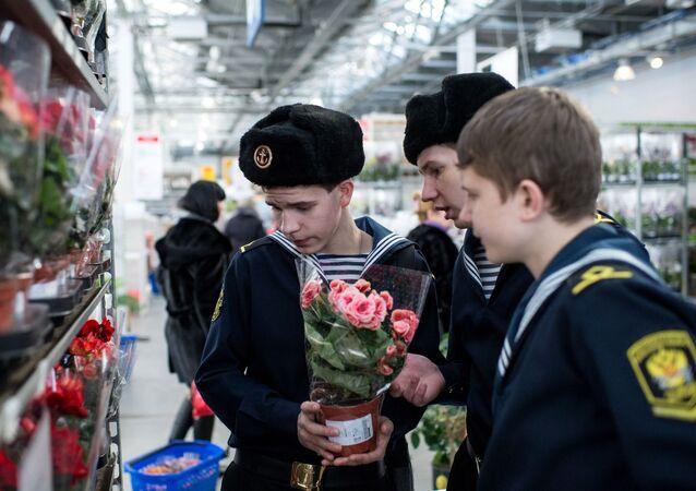 Kursanci kupują kwiaty w sklepie Ikea w Omsku