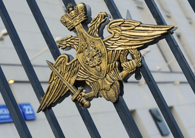 Herb na bramie do siedziby Ministerstwa Obrony Rosji w Moskwie