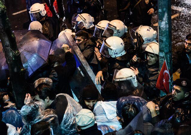 """Turecka policja wdarła się do siedziby gazety """"Zaman"""""""