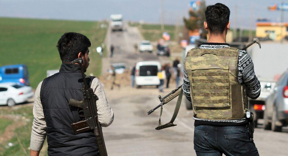 Funkcjonariusze tureckiej służby bezpieczeństwa w prowincji Diyarbakır