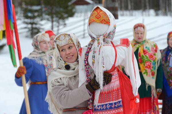 Kobiety w strojach ludowych w pierwszy dzień Maslenicy w obwodzie archangielskim w Rosji. - Sputnik Polska
