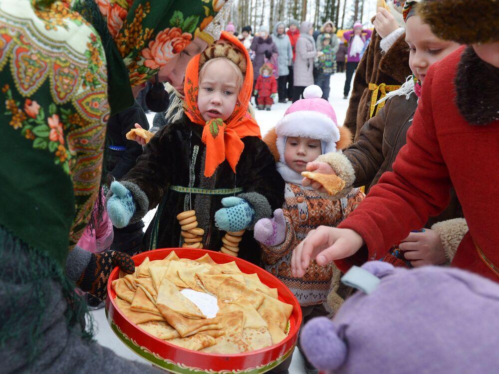 Dzieci w strojach ludowych w pierwszy dzień Maslenicy w obwodzie archangielskim w Rosji.