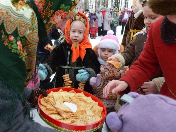 Dzieci w strojach ludowych w pierwszy dzień Maslenicy w obwodzie archangielskim w Rosji. - Sputnik Polska