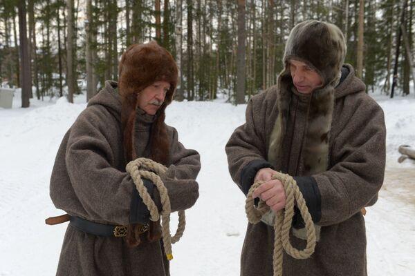 Mężczyźni podczas obrzędu przyjęcia do Pomorców - Sputnik Polska