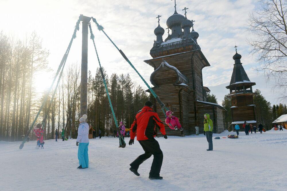 Dzieci bawią się na karuzeli w pierwszy dzień Maslenicy w obwodzie archangielskim w Rosji.
