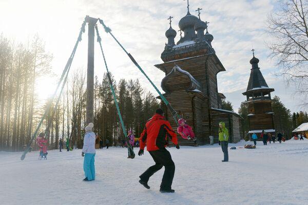 Dzieci bawią się na karuzeli w pierwszy dzień Maslenicy w obwodzie archangielskim w Rosji. - Sputnik Polska