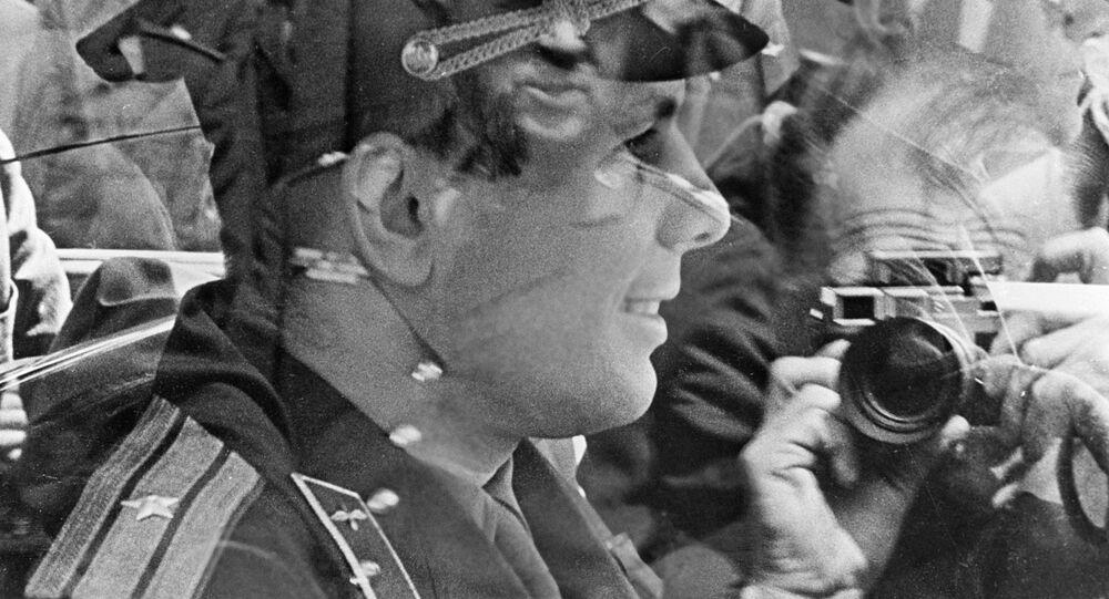 Fotograf robi zdjęcie kosmonaucie Jurijowi Gagarinowi