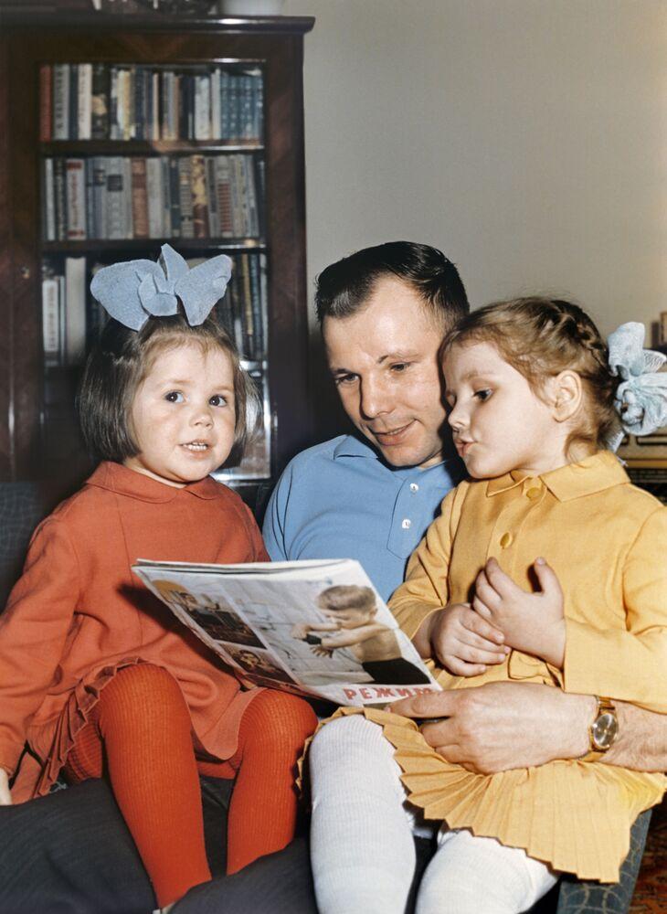 Lotnik Kosmonauta ZSRR, Bohater Związku Radzieckiego Jurij Gagarin z córkami Galą i Leną. Reprodukcja.