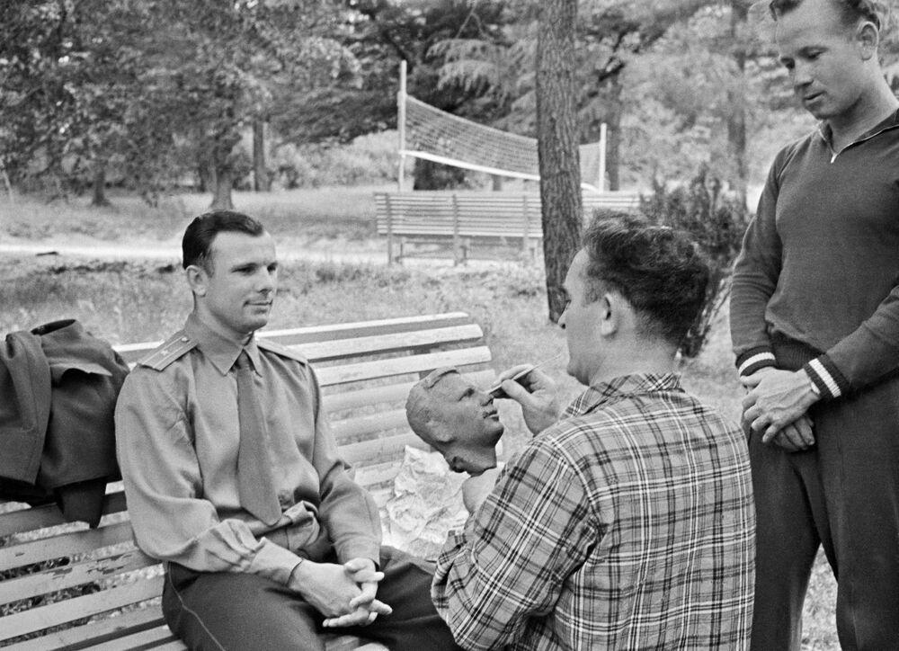 Radziecki rzeźbiarz Grigorij Postnikow pracuje nad rzeźbą pierwszego Lotnika Kosmonauty Związku Radzieckiego Jurija Gagarina