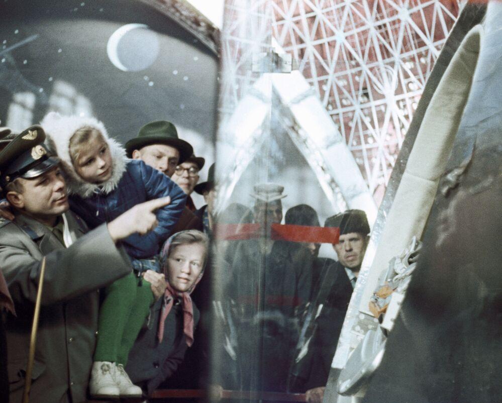 Lotnik kosmonauta Związku Radzieckiego Jurij Gagarin pokazuje córce Lenoczce statek, którym latał w kosmos
