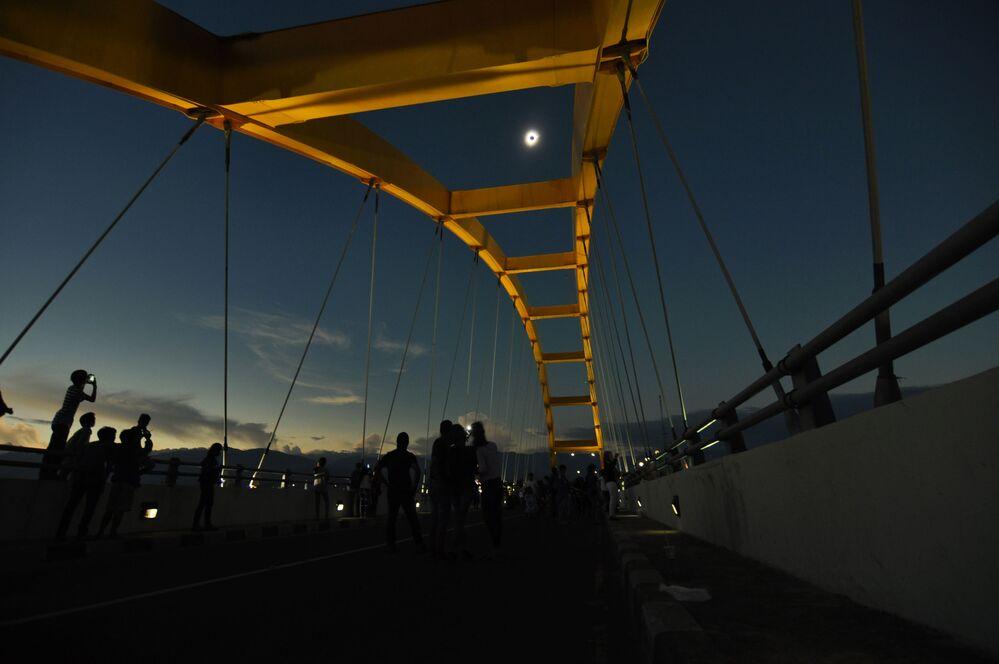 Ludzie obserwują zaćmienie słońca w Palu