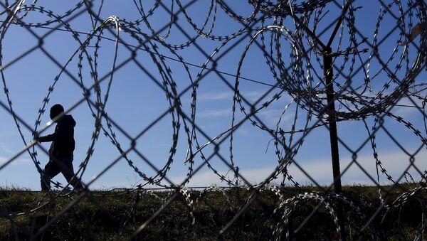 Uchodźcy za ogrodzeniem na granicy Węgier i Serbii - Sputnik Polska