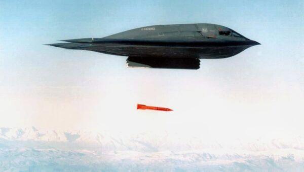 Amerykański samolot bombowy B-2 Spirit zrzuca bombę B61-11 - Sputnik Polska