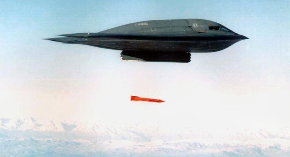 Amerykański samolot bombowy B-2 Spirit zrzuca bombę B61-11