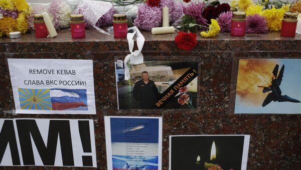 Kwiaty i znicze upamiętniające Olega Peszkowa, drugiego pilota Su-24 - Sputnik Polska
